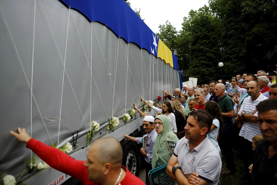 Převoz obětí masakru ve Srebrenici