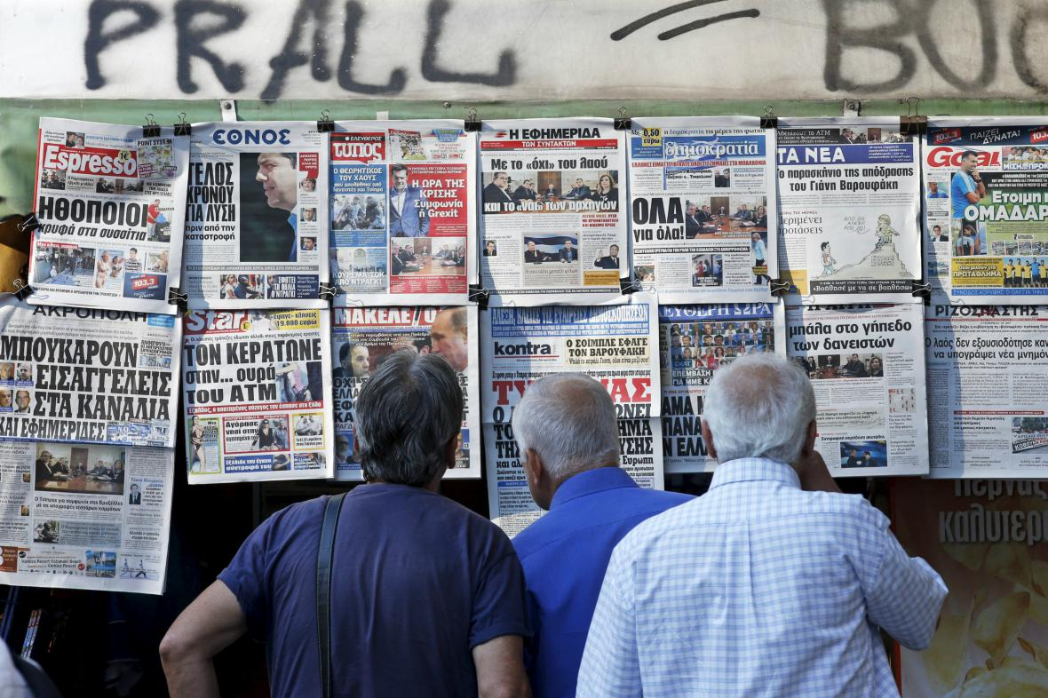 Řekové studují nejnovější zprávy o vývoji krize