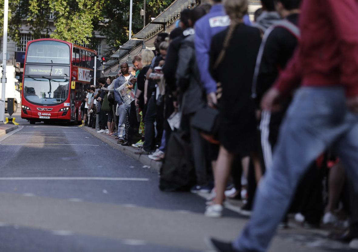 Dlouhé fronty na stanicích autobusů
