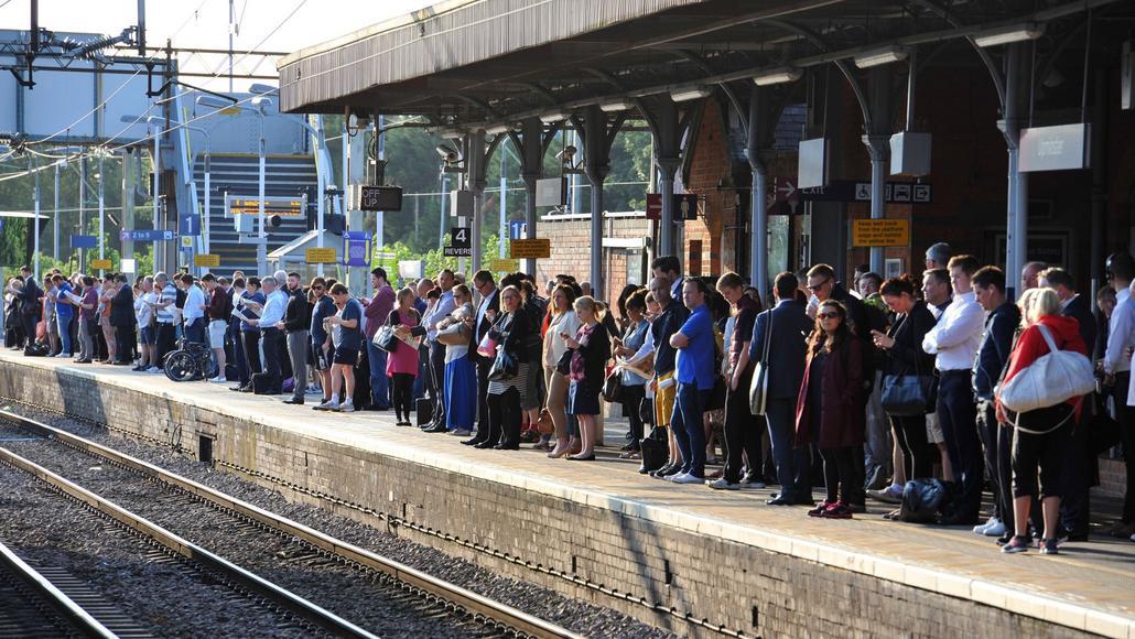 Desítky cestujících na stanici nadzemní dráhy