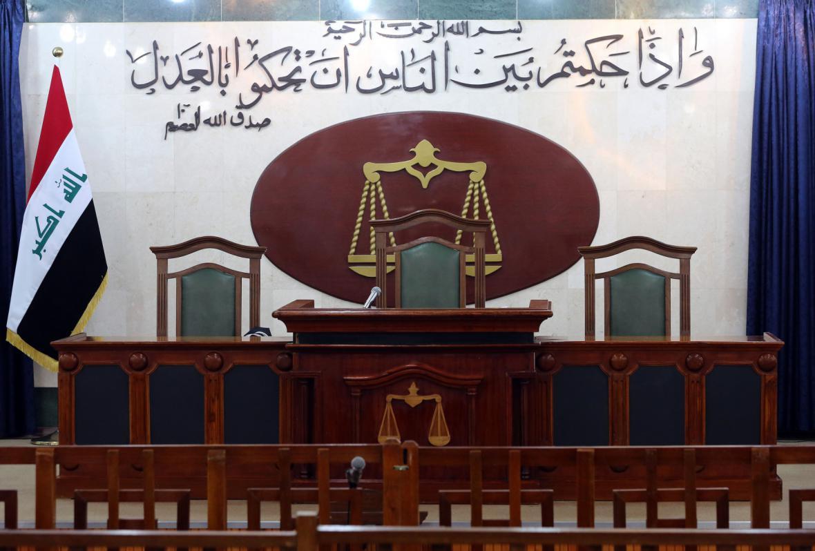 Soudní síň před začátkem procesu s radikály