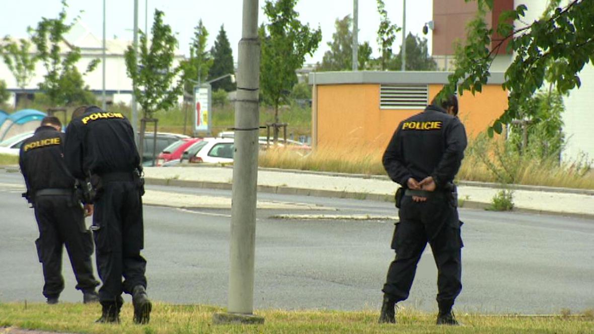 Policisté prohledávají místo střelby na autobus MHD v Plzni