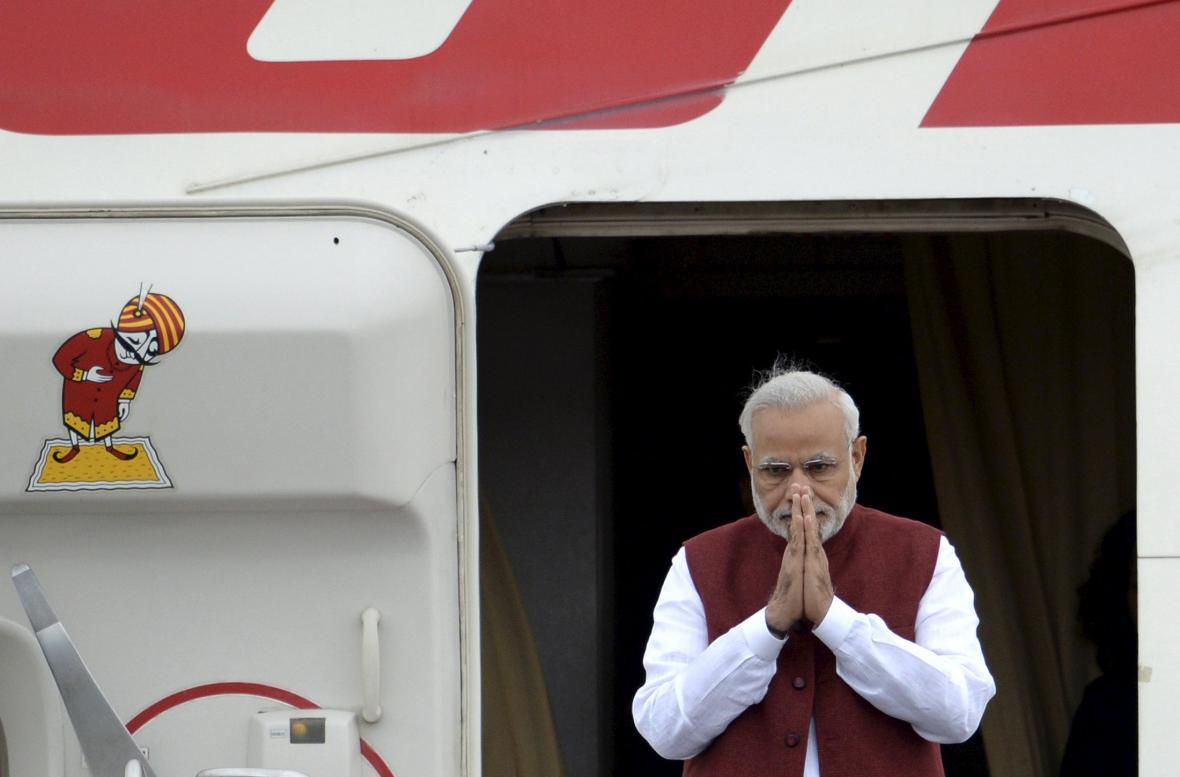 Indický premiér Narendra Modi po příletu do Ufy