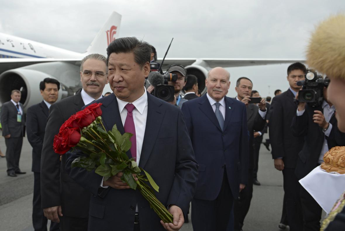 Čínský prezident Xi Jinping po příletu do Ufy