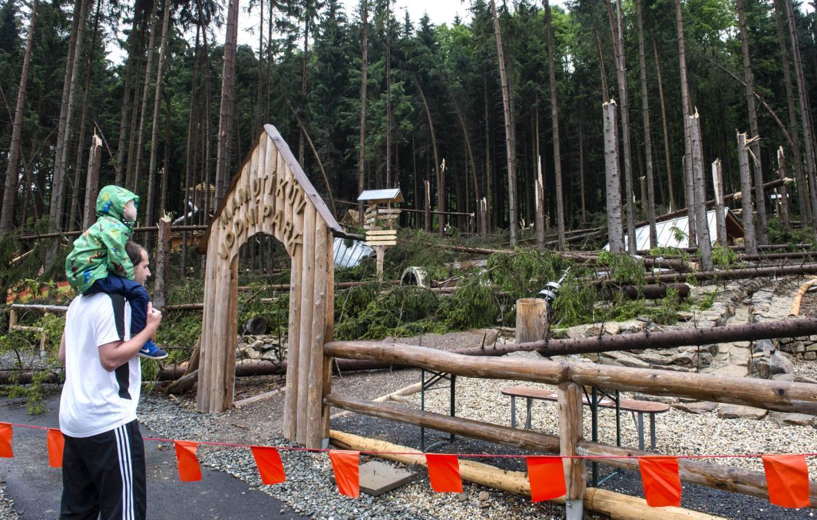 Poničený Mamutíkův vodní park