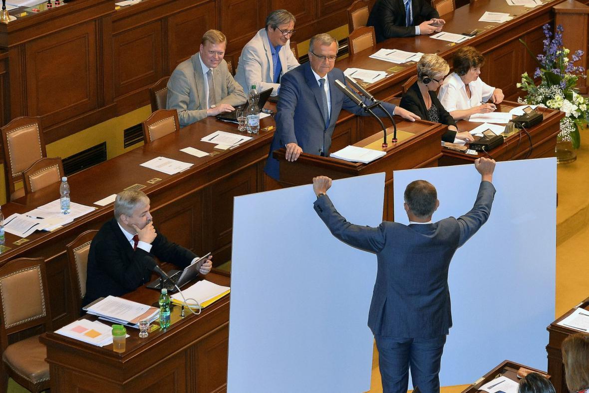 Babiš ve sněmovně předváděl vzor účtenky pro evidenci tržeb
