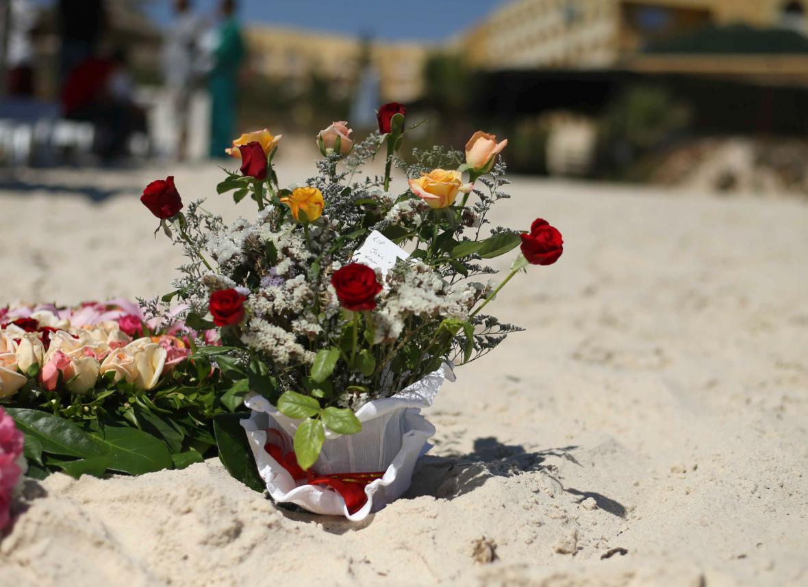Turisté i místní přinášejí květiny na místo útoku