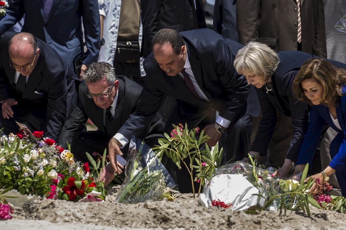 Ministři zahraničí Británie, Francie, Německa, Belgie a Tuniska vzdávají poctu obětem páteční střelby