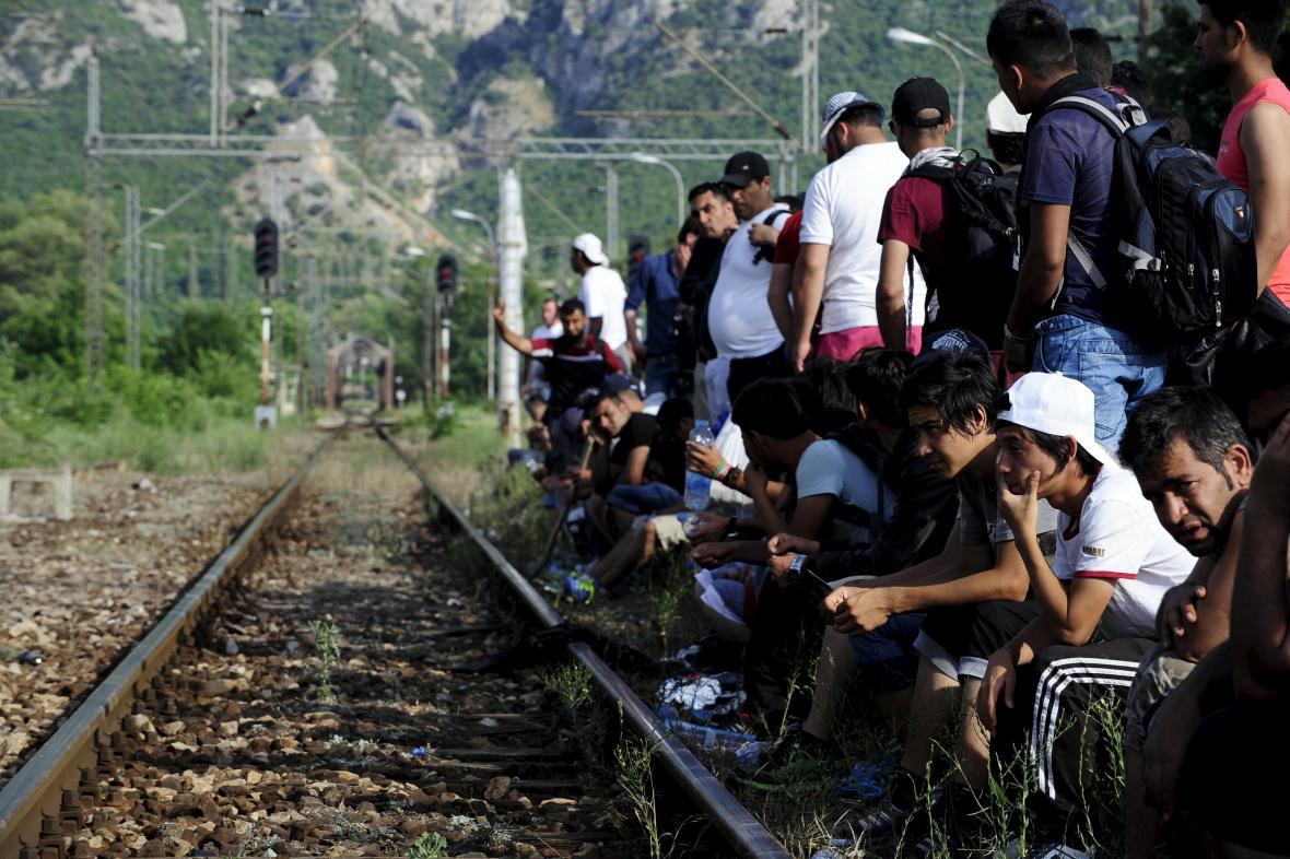 Uprchlíci čekající na vlak v Makedonii poblíž řecké hranice
