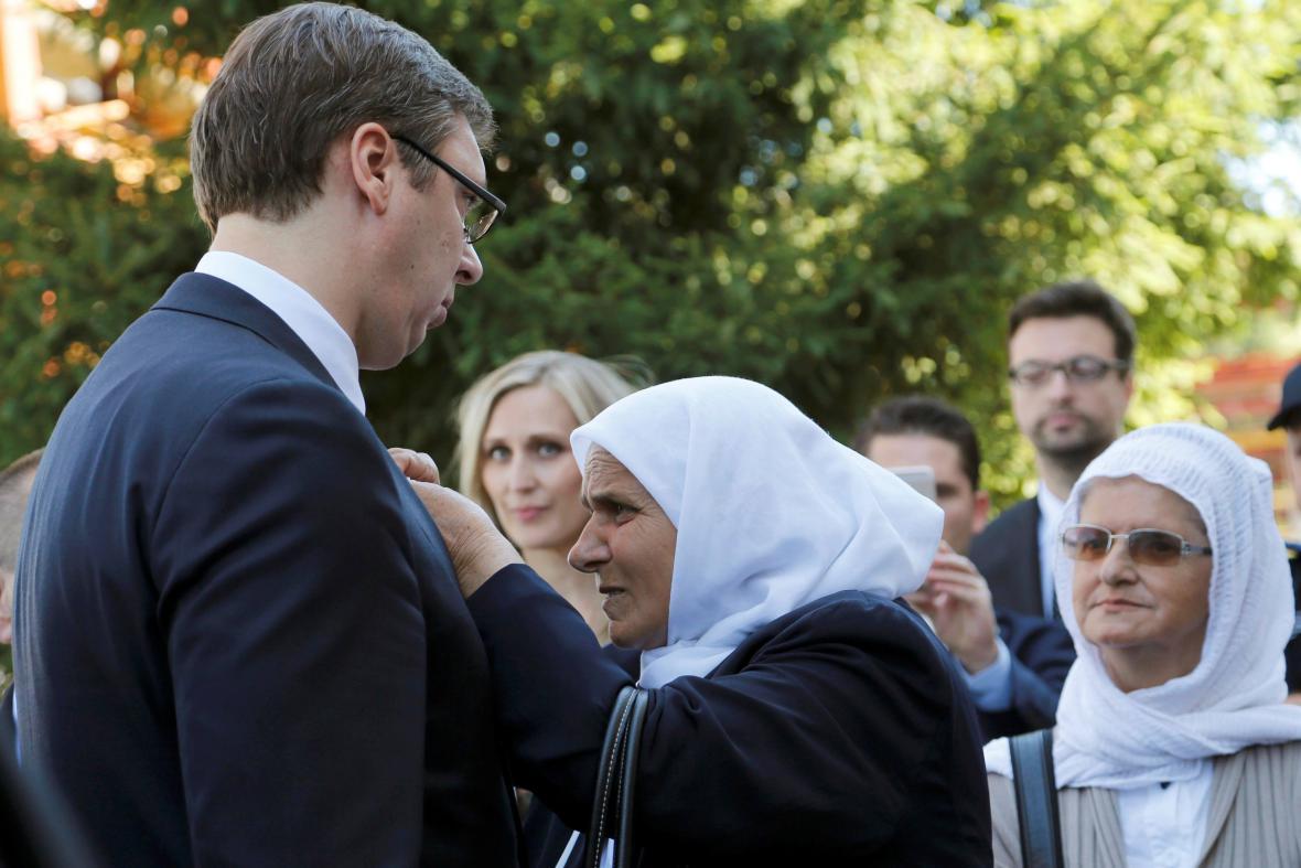 Vučić a Munira Subašičová, předsedkyně asosicace Srebrenických matek