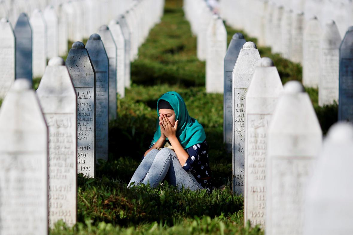 Neznámá žena truchlí na hřbitově v Potočari nedaleko Srebrenice