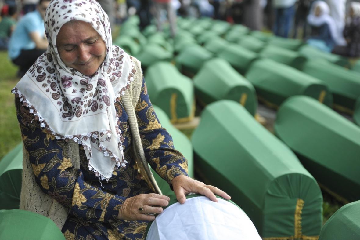 Modlitba u rakve jedné z obětí srebrenického krveprolití