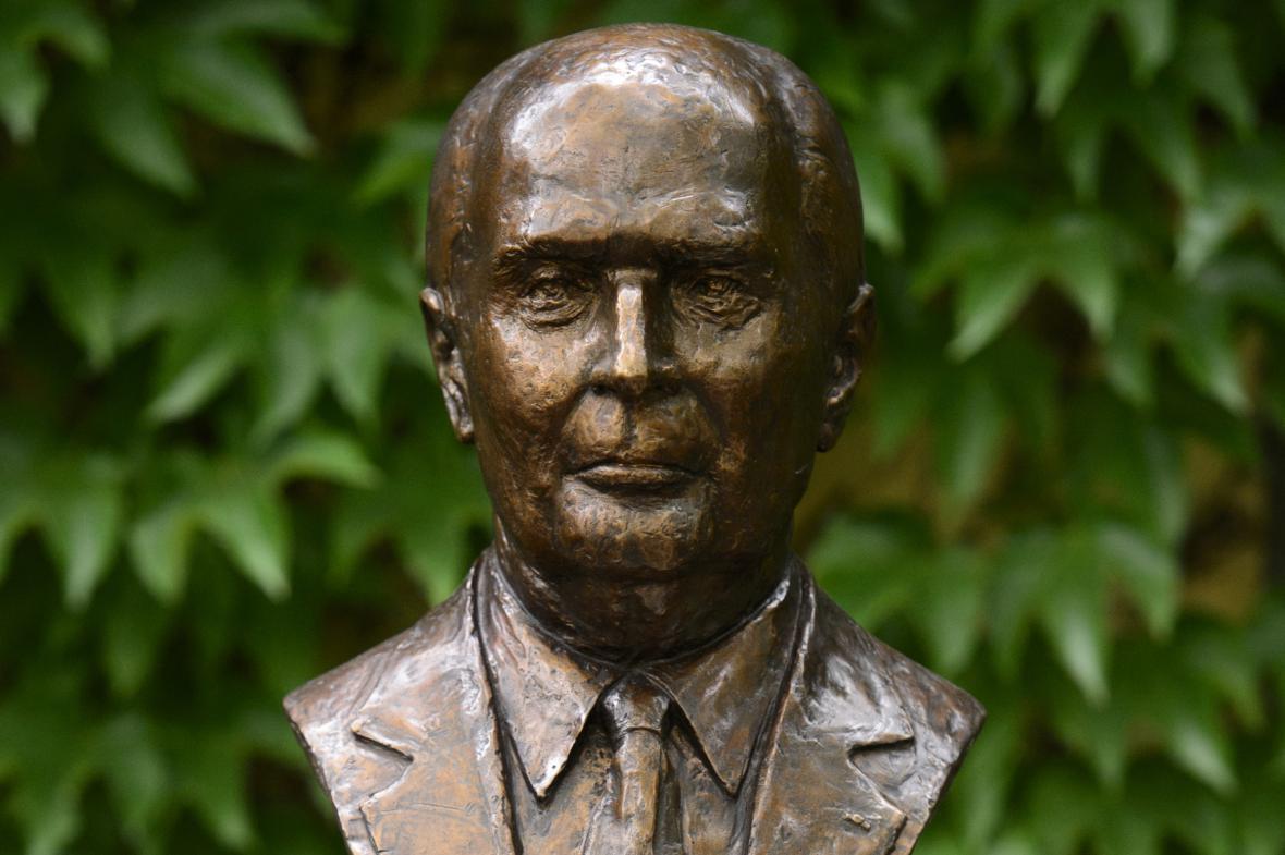 Busta francouzského prezidenta Francoise Mitterranda u Jazzové sekce