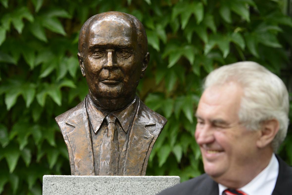 Miloš Zeman u busty Francoise Mitterranda