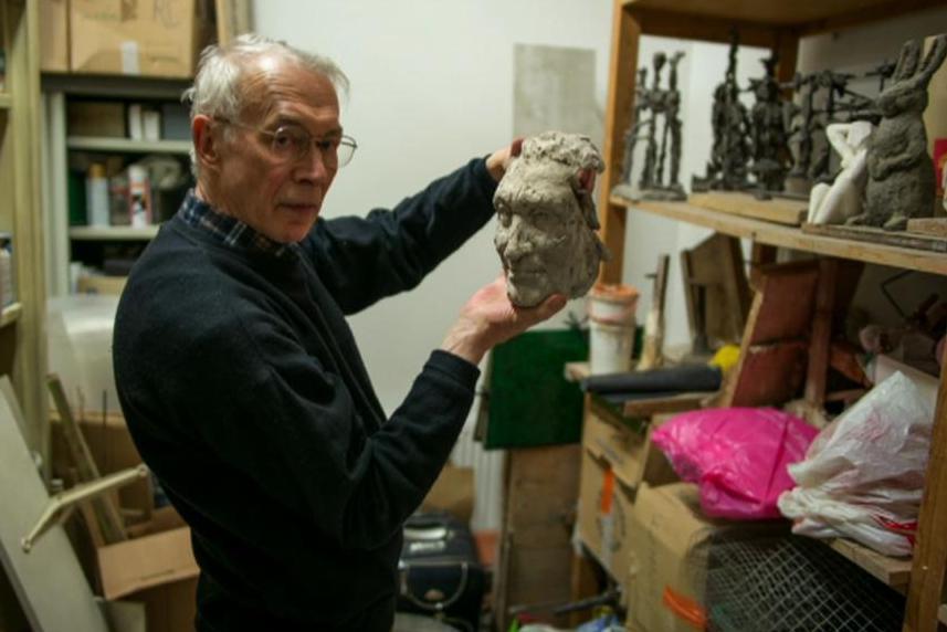 Sochař Jan Zelenka s tváří busty Francoise Mitterranda