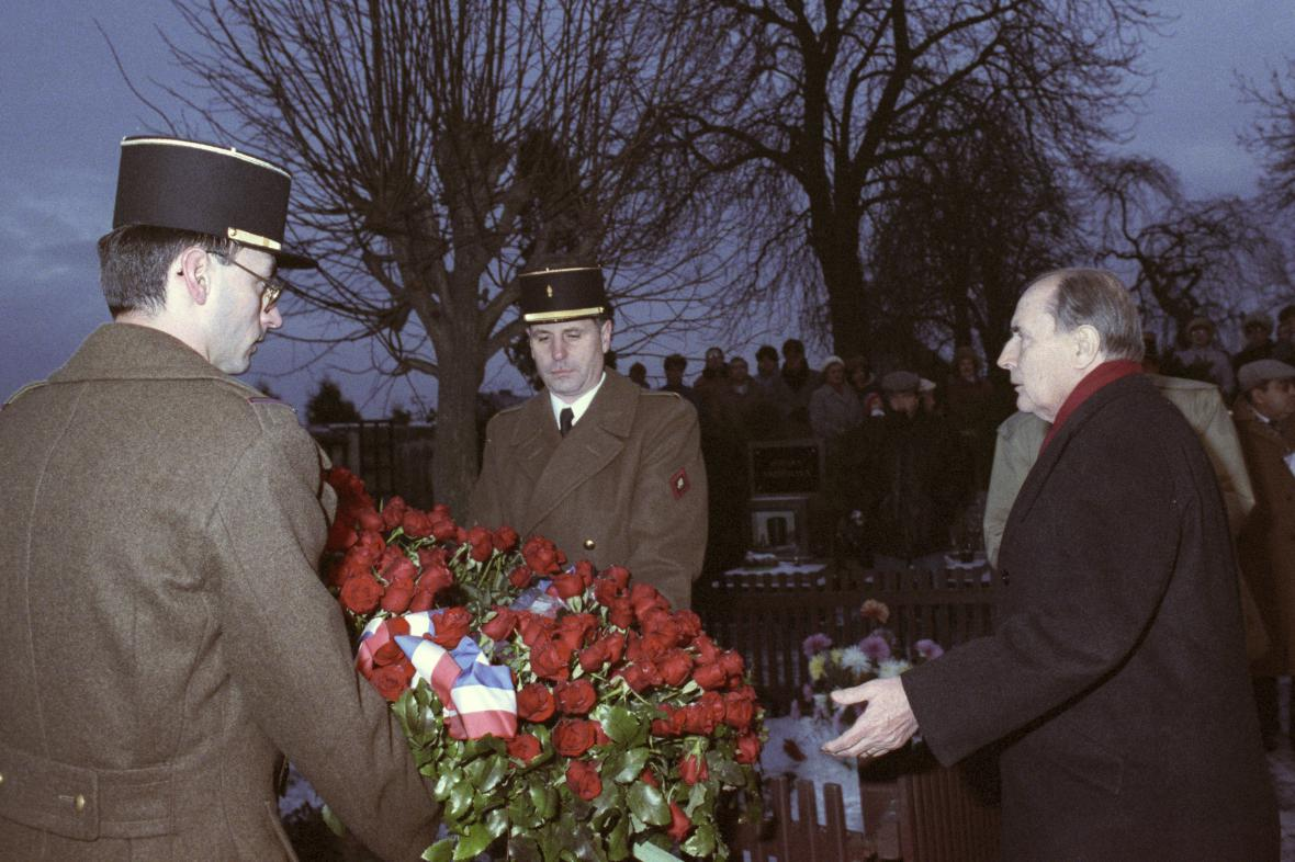 Francoise Mitterrand klade věnec na hrob Tomáše Garriqua Masaryka