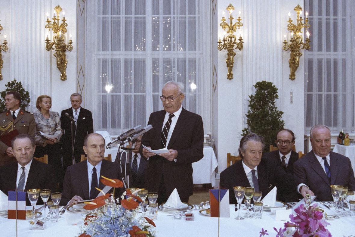 Setkání Francoise Mitterranda s představiteli komunistického režimu