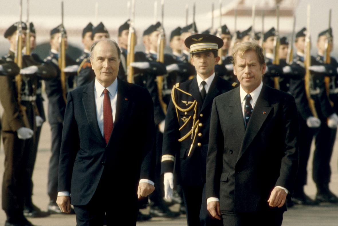 Václav Havel v roce 1990 přivítal svého francouzského protějška