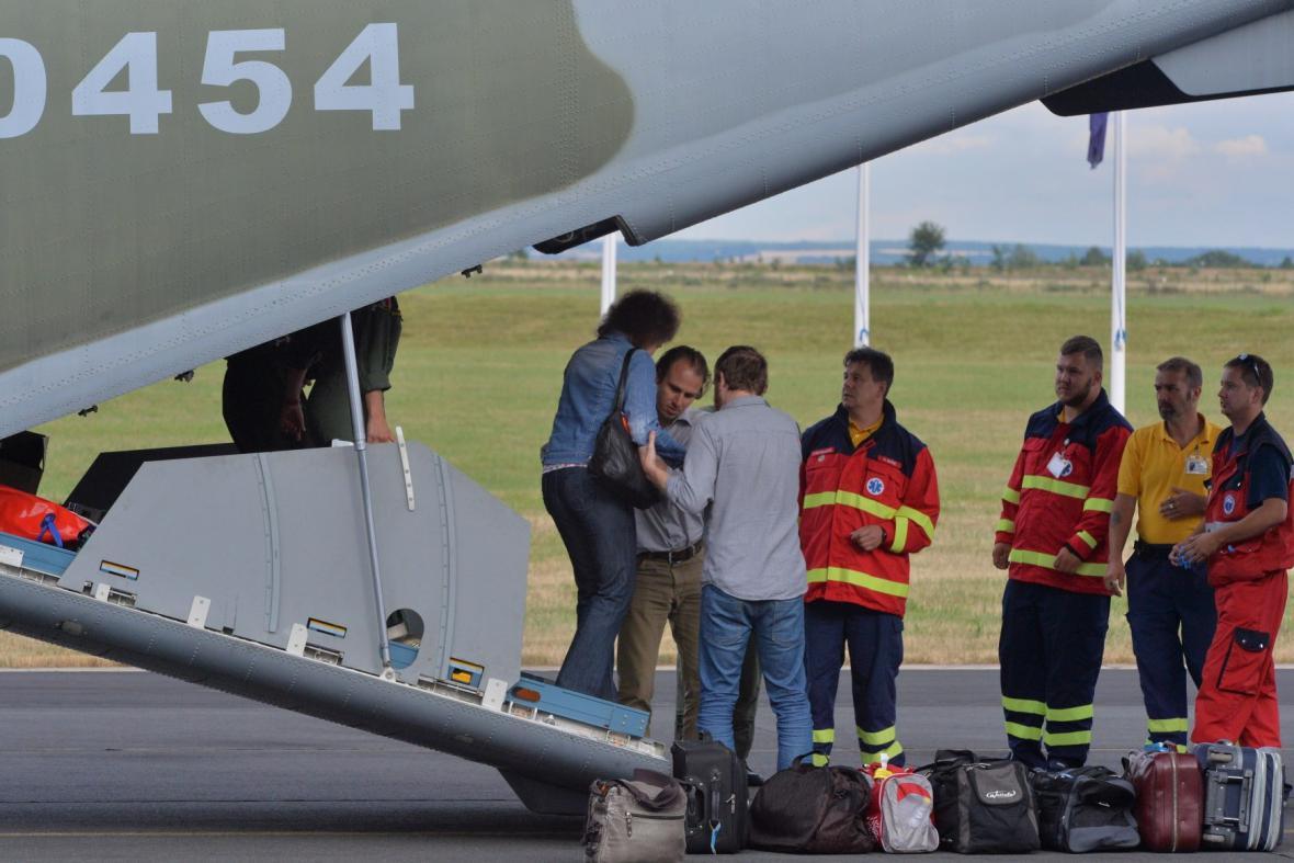 Do Česka přiletělo devět Ukrajinců na léčení