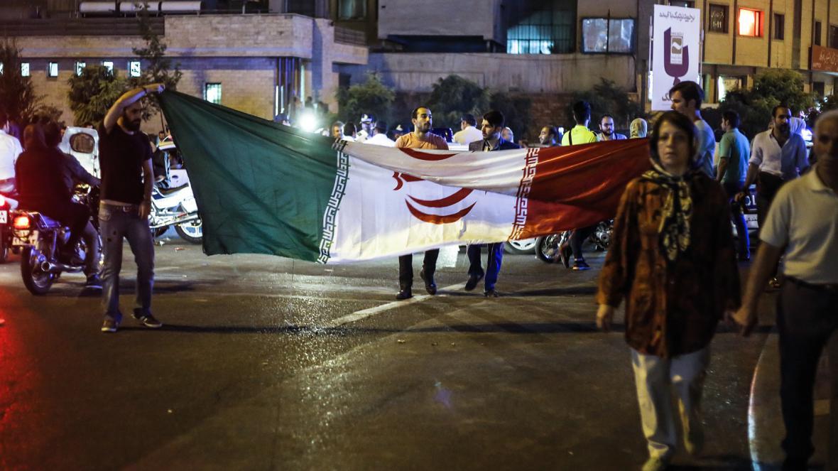 Lidé v Teheránu oslavovali jednání, jehož výsledkem je ukončení íránského jaderného programu