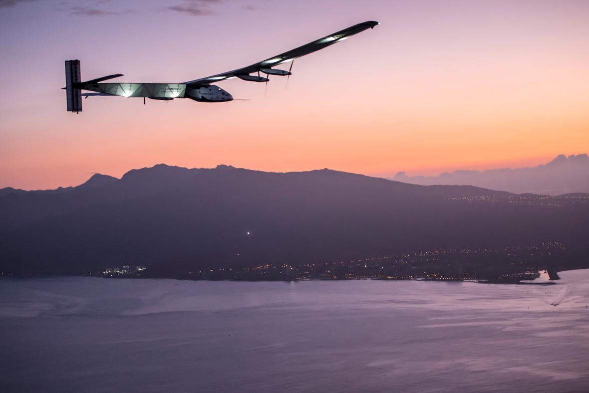 Solar Impulse 2 před přistáním na Havaji 3. července 2015