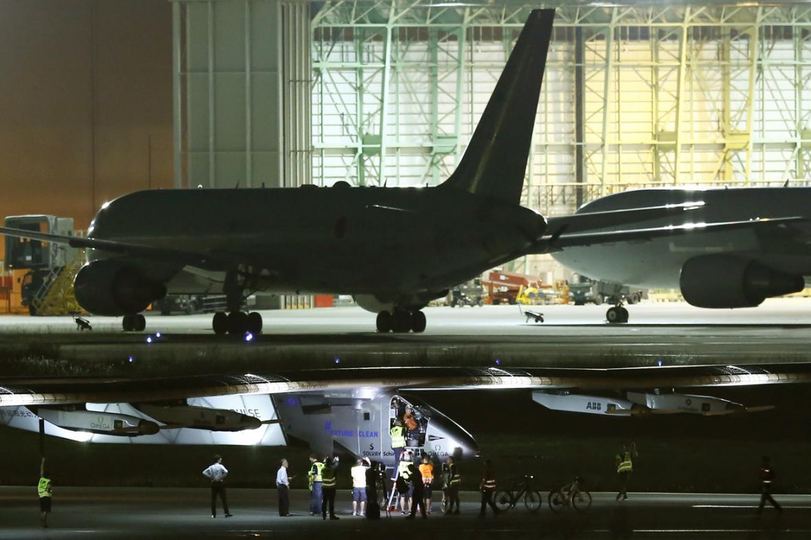 Solar Impulse (v popředí) po přistání na letišti v Nagoji