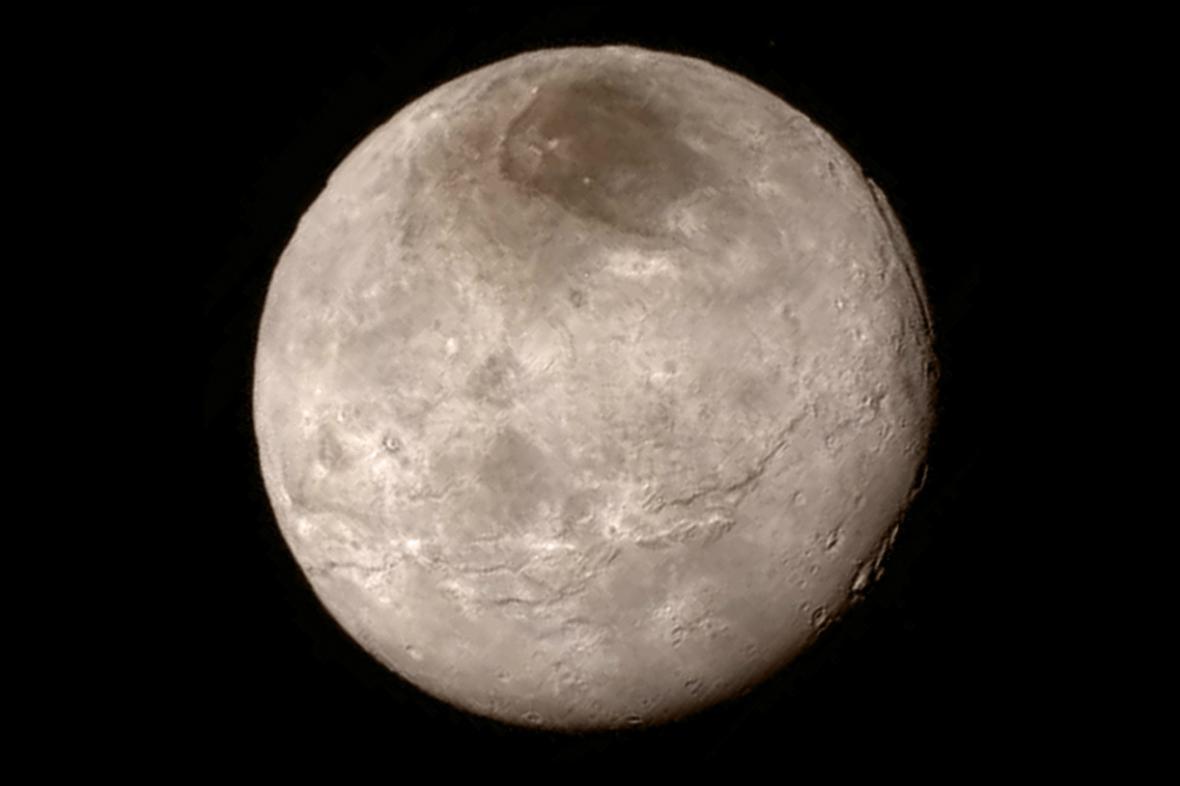 Sonda vyfotila i Plutův měsíc Charon