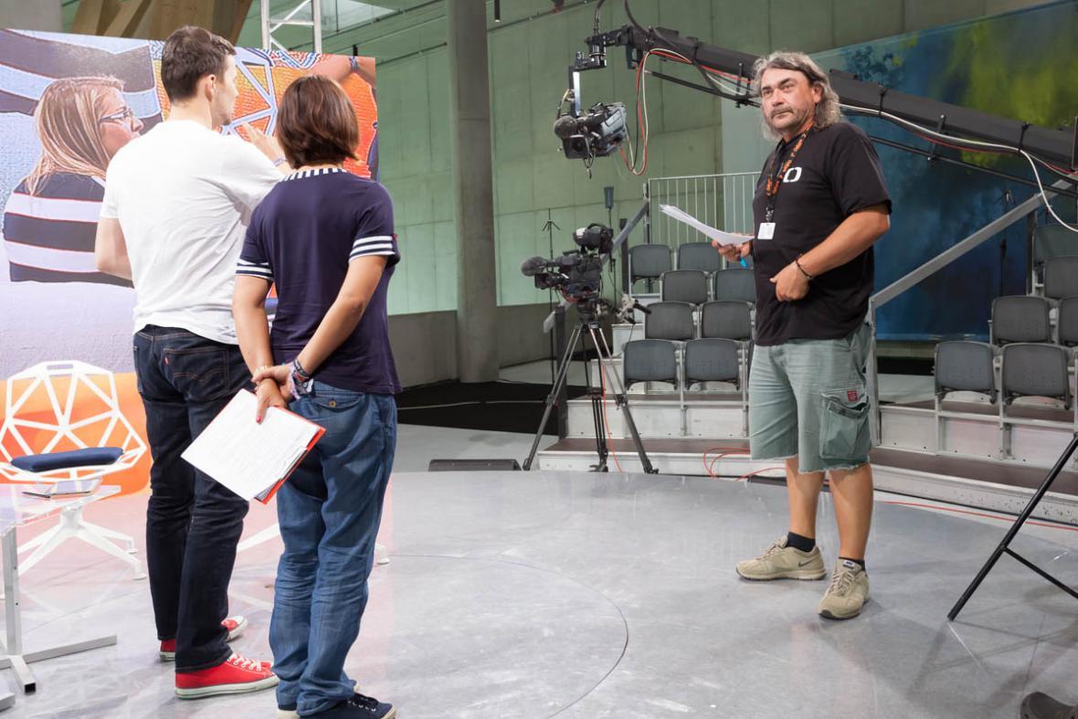 Režisér Roman Motyčka kontroluje vše. I to, kde budou stát hosté ve vysílání.