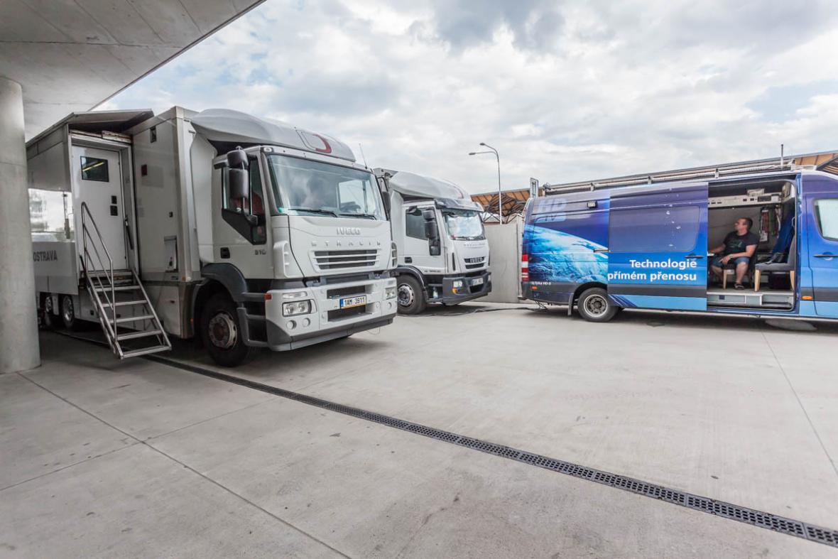 Přenosové vozy jsou připraveny k vysílání