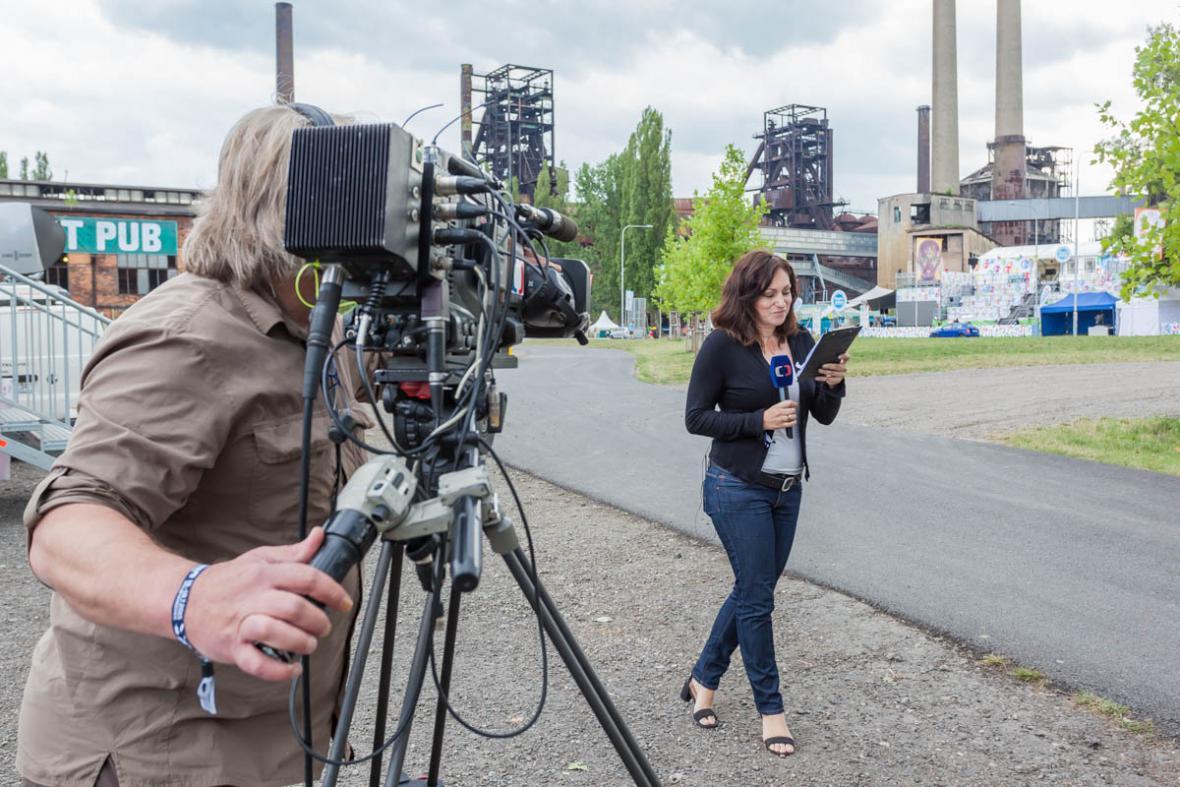 Lucie Křížková před prvním vstupem do vysílání na ČT24