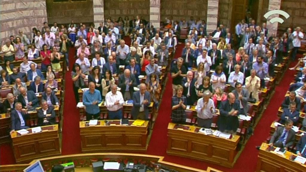 Schválení reforem odměnili řečtí poslanci potleskem