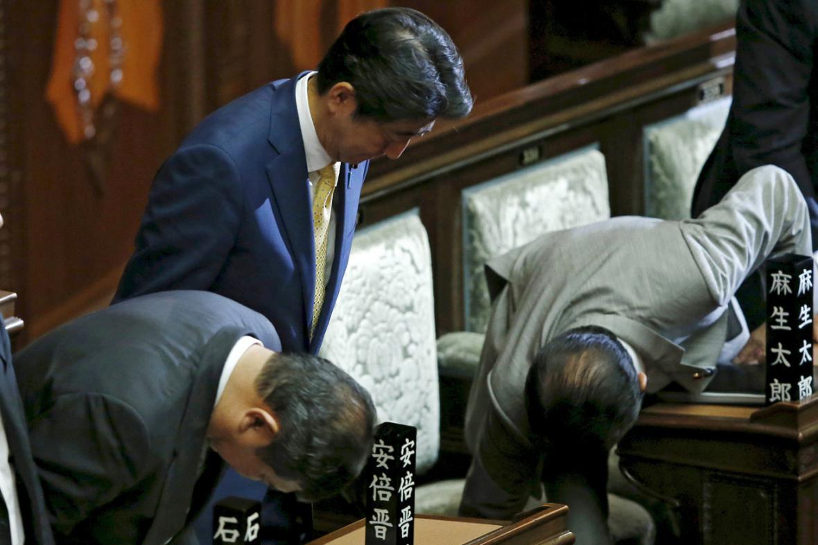 Premiér Šinzó Abe se uklání před poslanci poté, co schválili nové bezpečnostní zákony