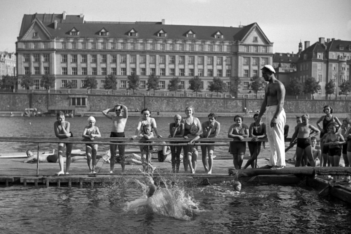Občanská plovárna u Čechova mostu v Praze