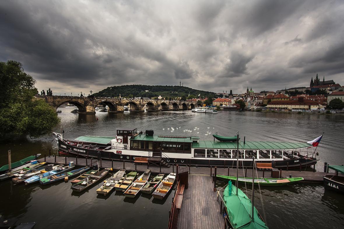 Kotviště lodí pod křižovnickým klášterem u Karlova mostu