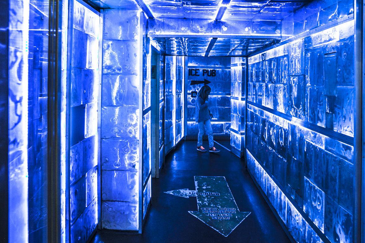 Vstup do ledového baru v Karlových lázních