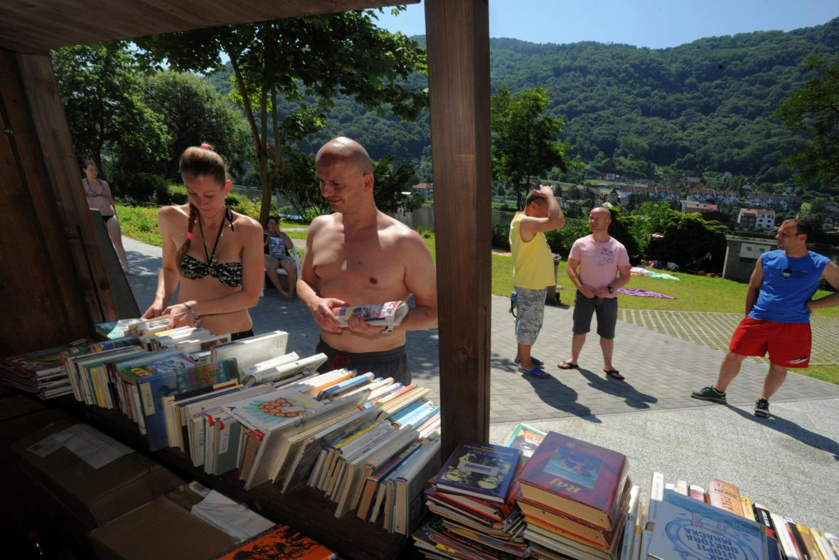 Plážová knihovna u koupaliště Brná na Ústecku