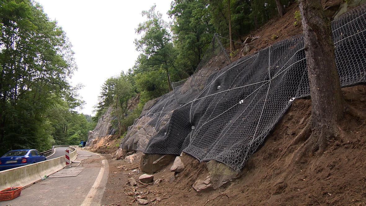 Dělníci zajišťují skály u silnice na Kyselku