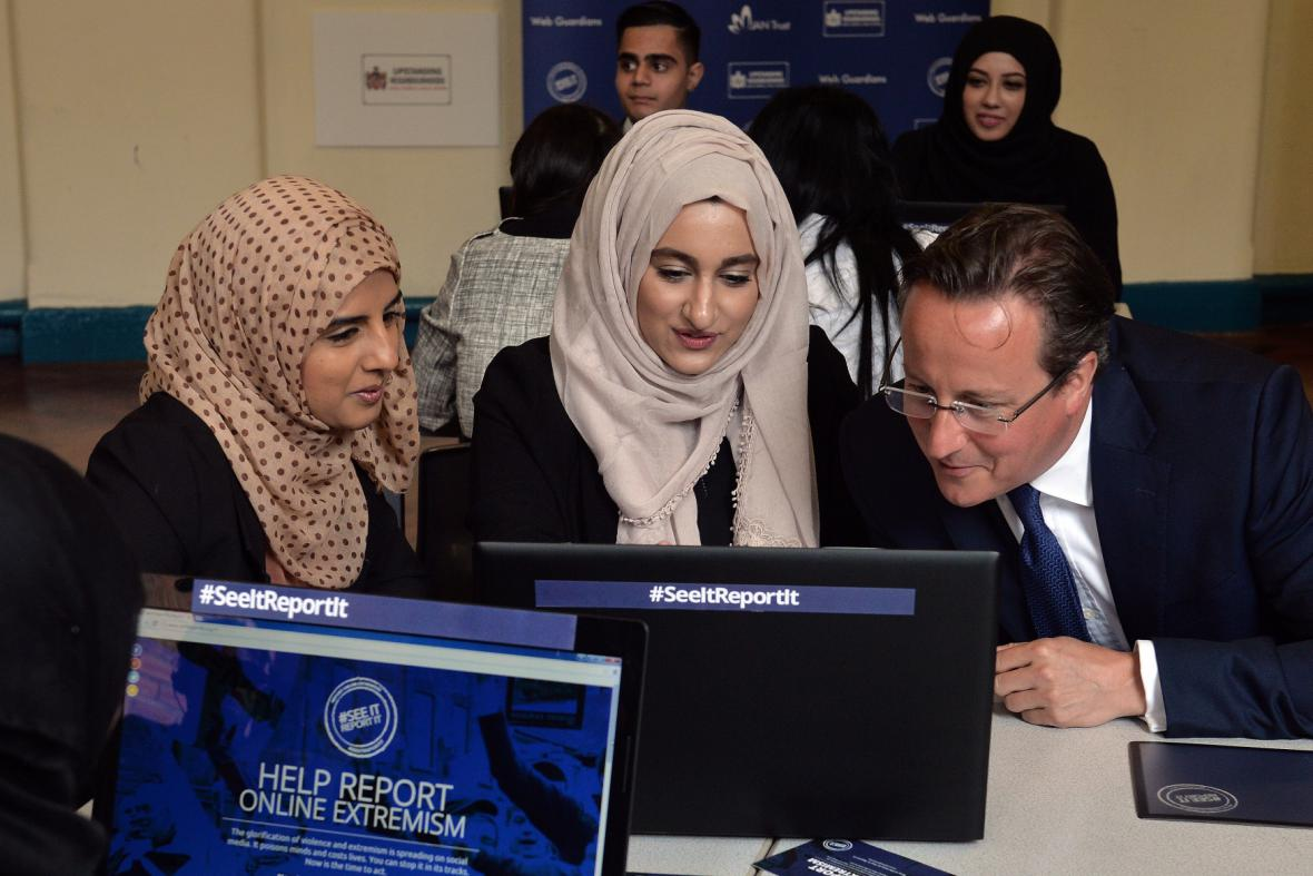 Britský premiér v diskusi se studentkami Ninestiles School