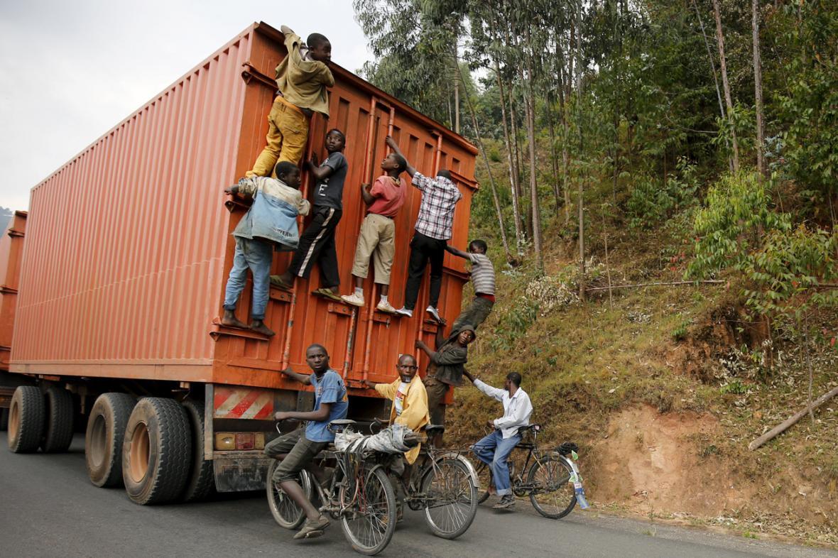 Místo namáhavého šlapání se Burunďané do kopce rádi nechají vyvézt kamionem