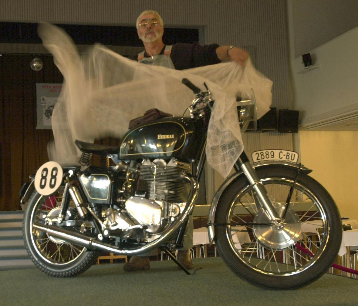 Petr Hošťálek s motocyklem Hurikan na snímku z roku 2001