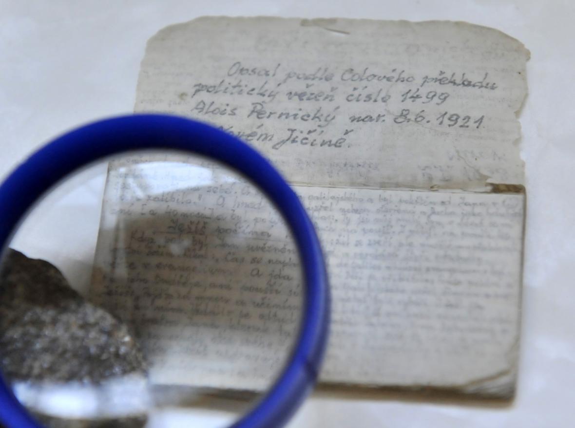 Přepis z bible na cigaretový papírek