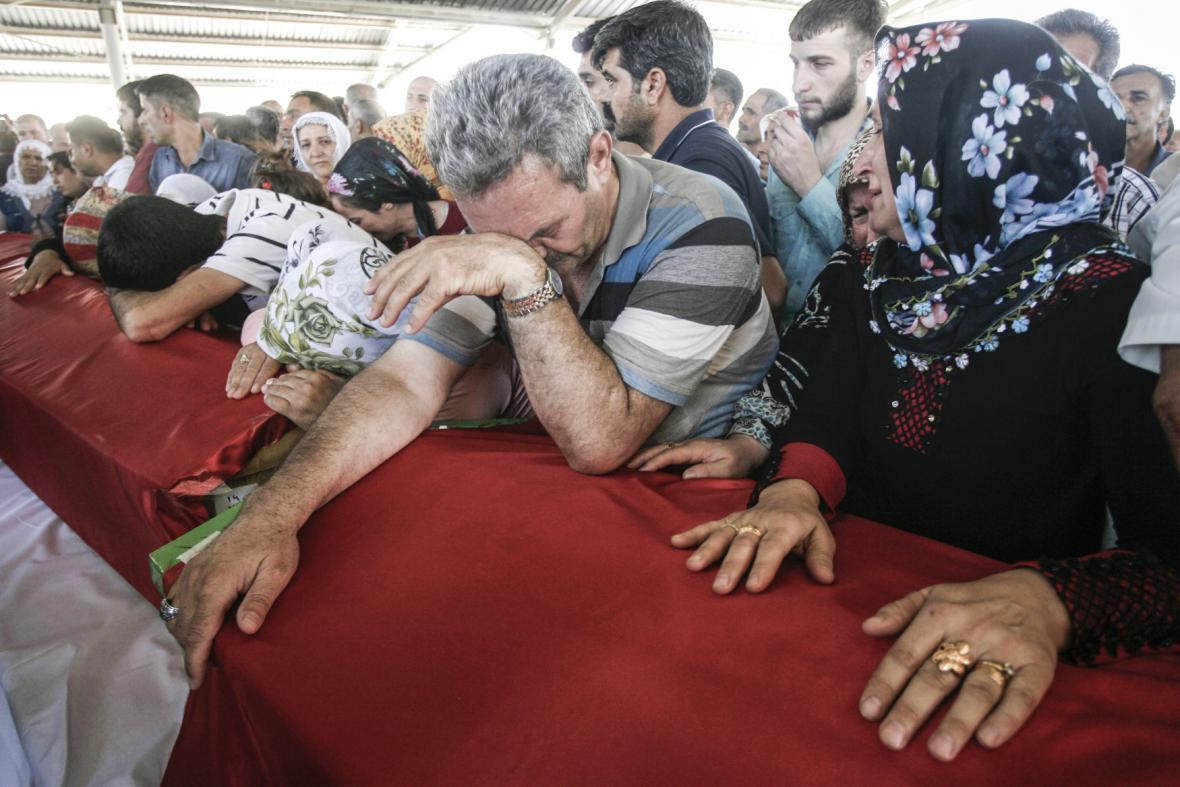 Pozůstalí po obětech útoku ve městě Suruc