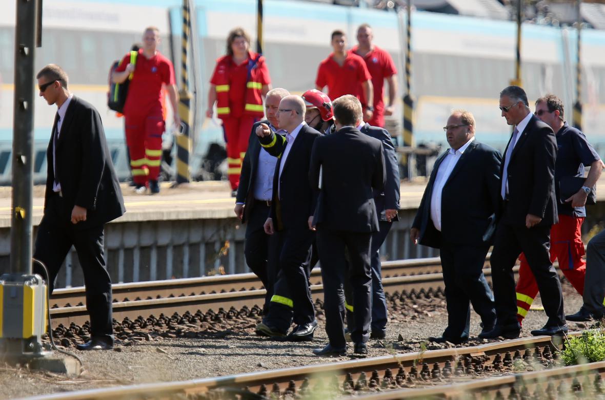 Premiér Bohuslav Sobotka na místě havárie