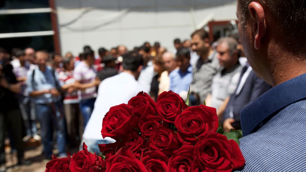 Shromáždění za oběti bombového útoku v Surucu