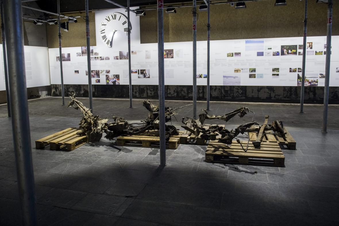 Pozůstatky automobilu, do něhož Breivik nastražil bombu