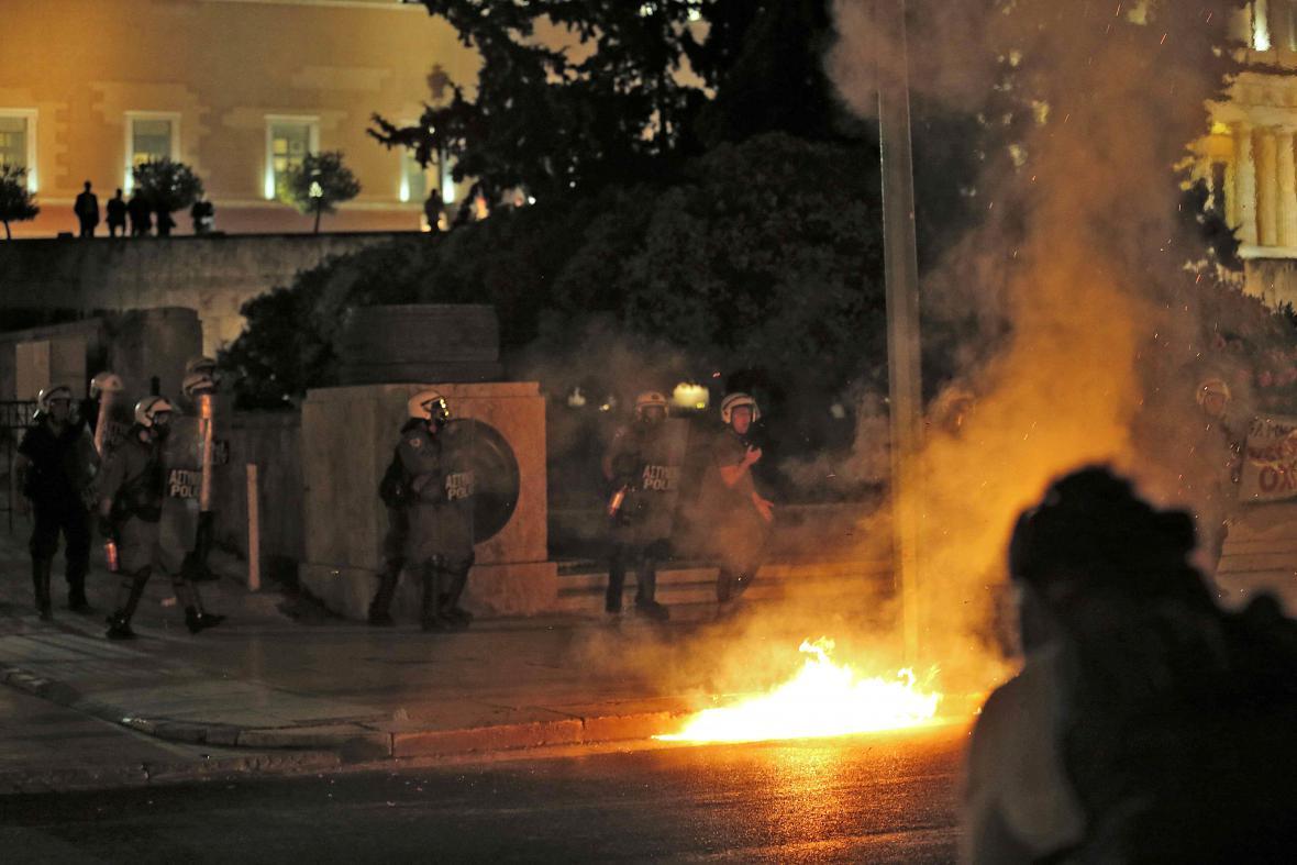 Středeční jednání řeckého parlamentu o reformách provázely nepokoje