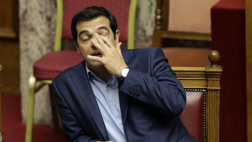 Premiér Tsipras při dlouhém jednání v parlamentu