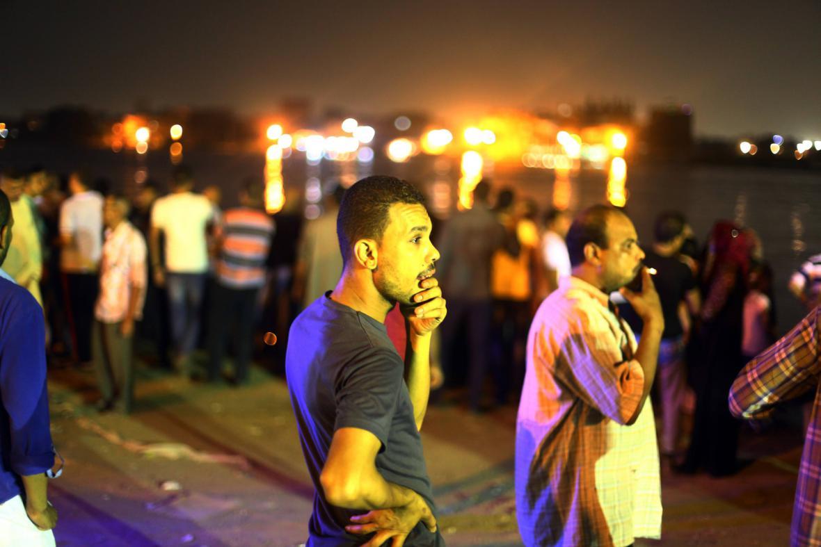 Lidé přihlížejí poblíž místa činu