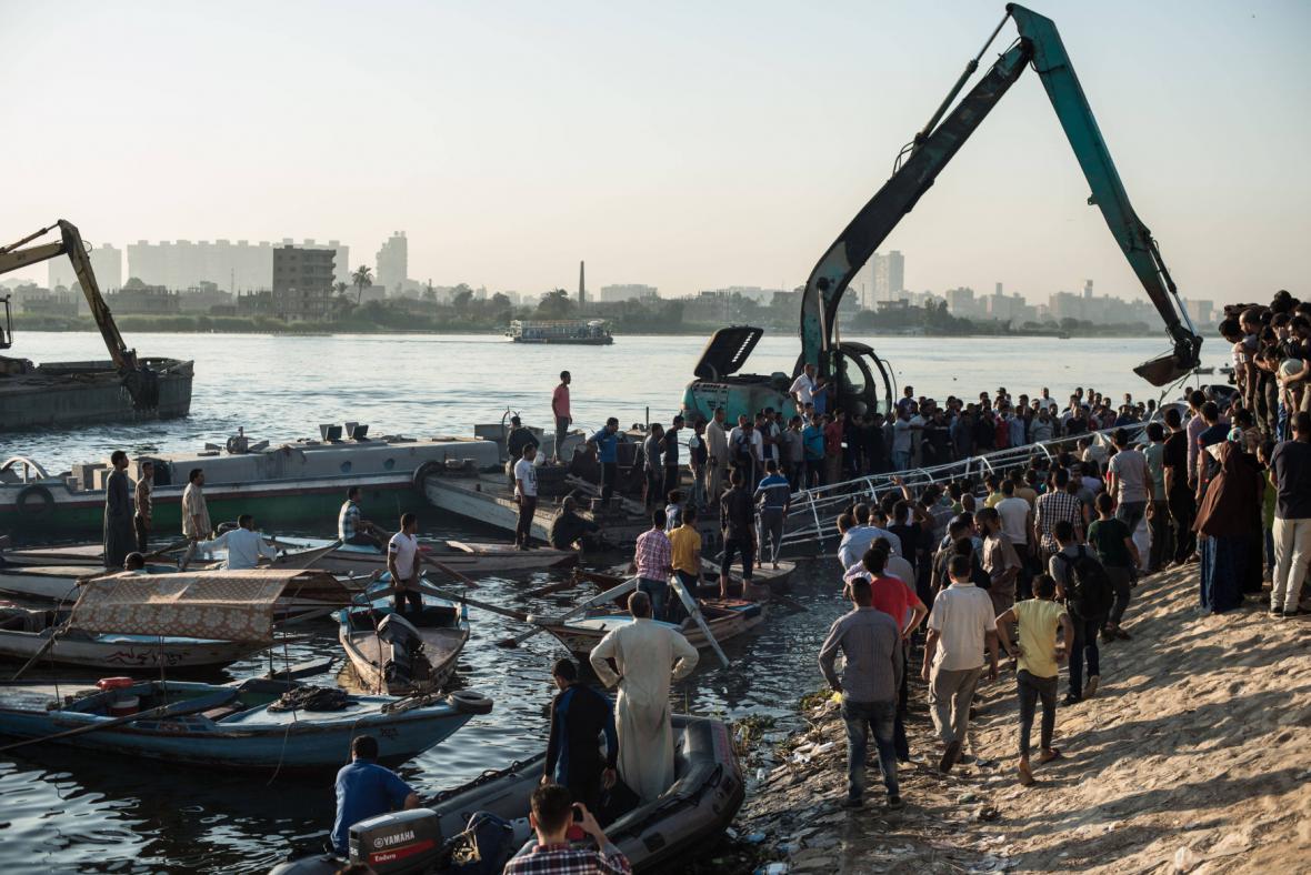 Lidé se shromáždili poblíž místa nehody