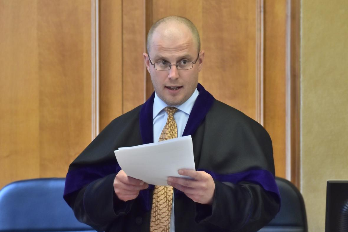 Soudce Robert Pacovský čte rozsudek nad Davidem Rathem a Lucií Novanskou